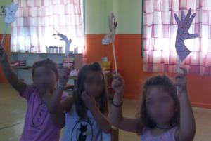 Τα παιδιά χαιρετάνε.
