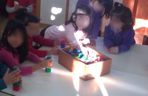 Τα παιδιά παίρνουν τα τουβλάκια από το κουτί